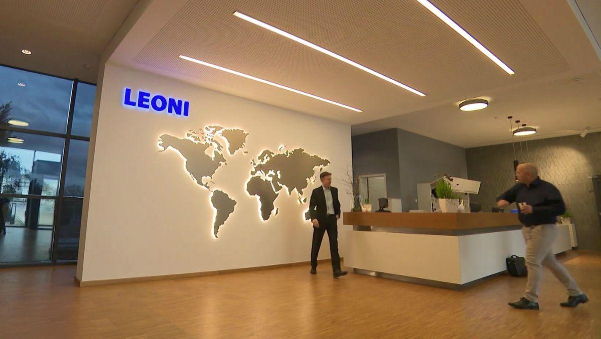 Anmeldung von Leoni mit leuchtender Weltkarte im Hintergrund