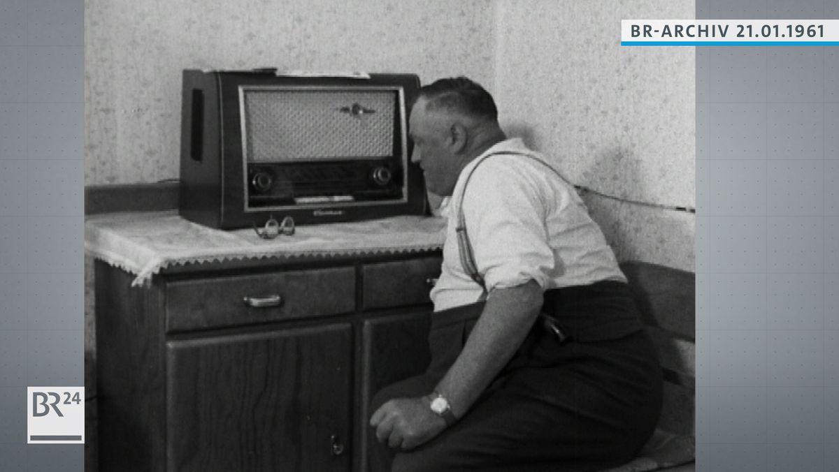 Mann neben dem Radio sitzend