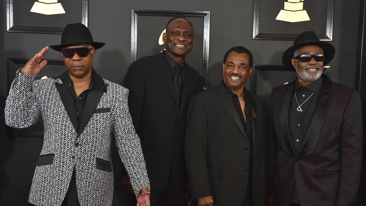 Vier Afroamerikaner stehen bei der Grammies-Verleihung nebeneinander, rechts außen mit Hut und Sonnenbrille ist Ronald Bell zu sehen.