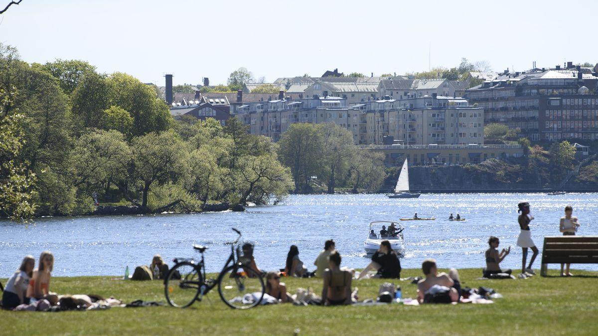 Archivbild: Menschen in Schweden sitzen am Wasser