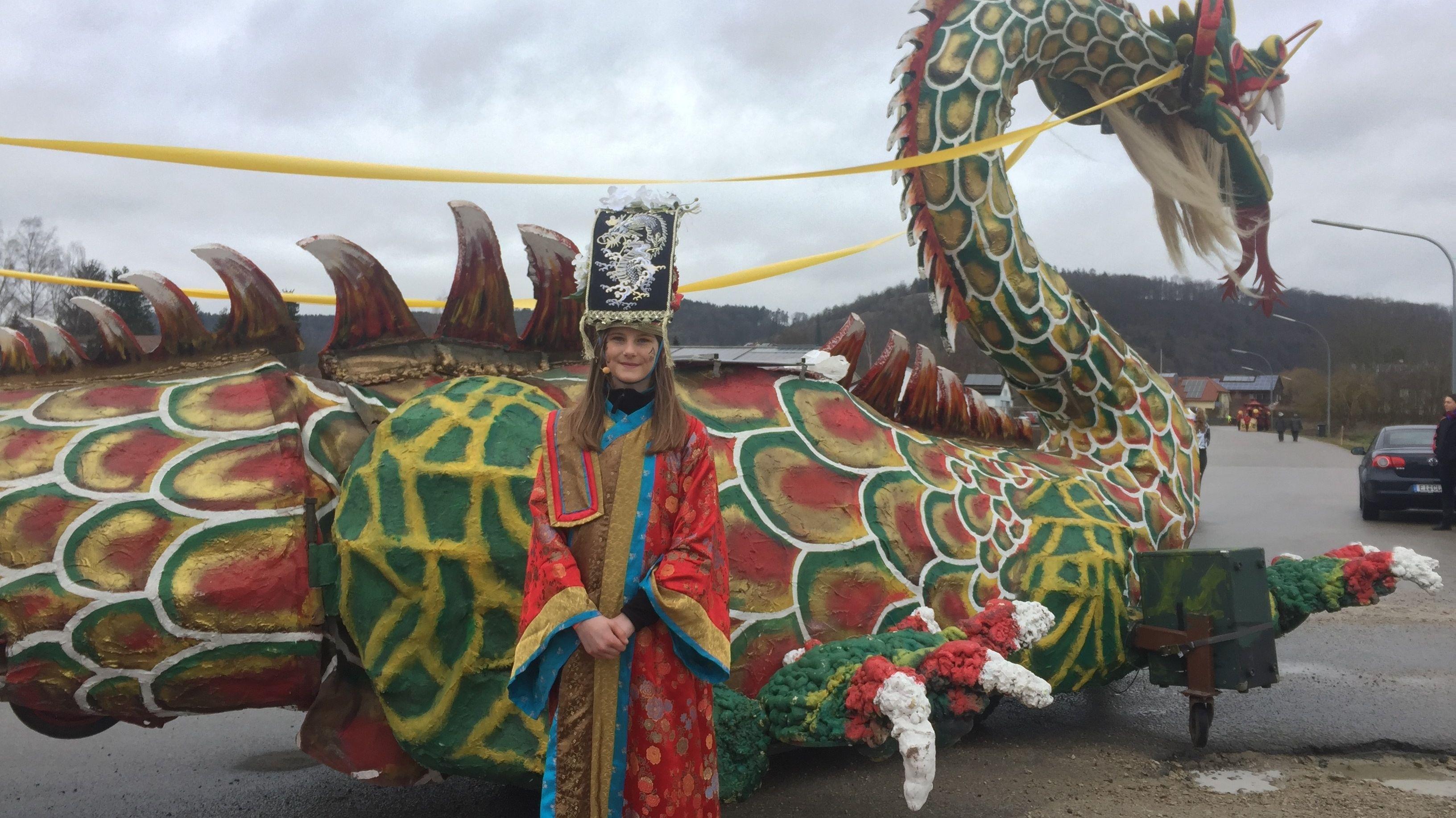 Emelie Leopold vor dem Drachenwagen beim Dietfurter Chinesenfasching.