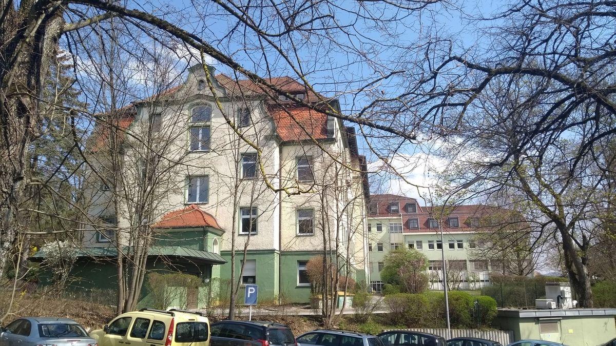 Das Krankenhaus in Hersbruck umgeben von kahlen Bäumen