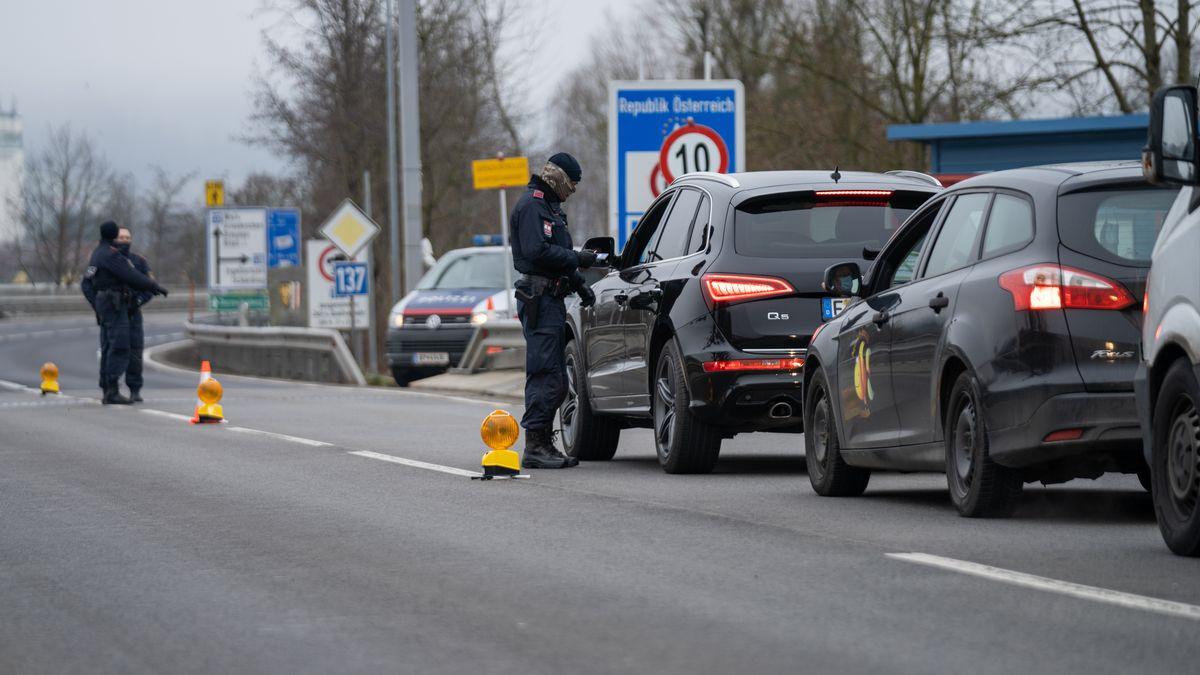 Drei österreichische Polizisten kontrollieren den Einreiseverkehr an der Grenze zu Schärding auf der B512. (Bild vom 18. Dezember 2020)
