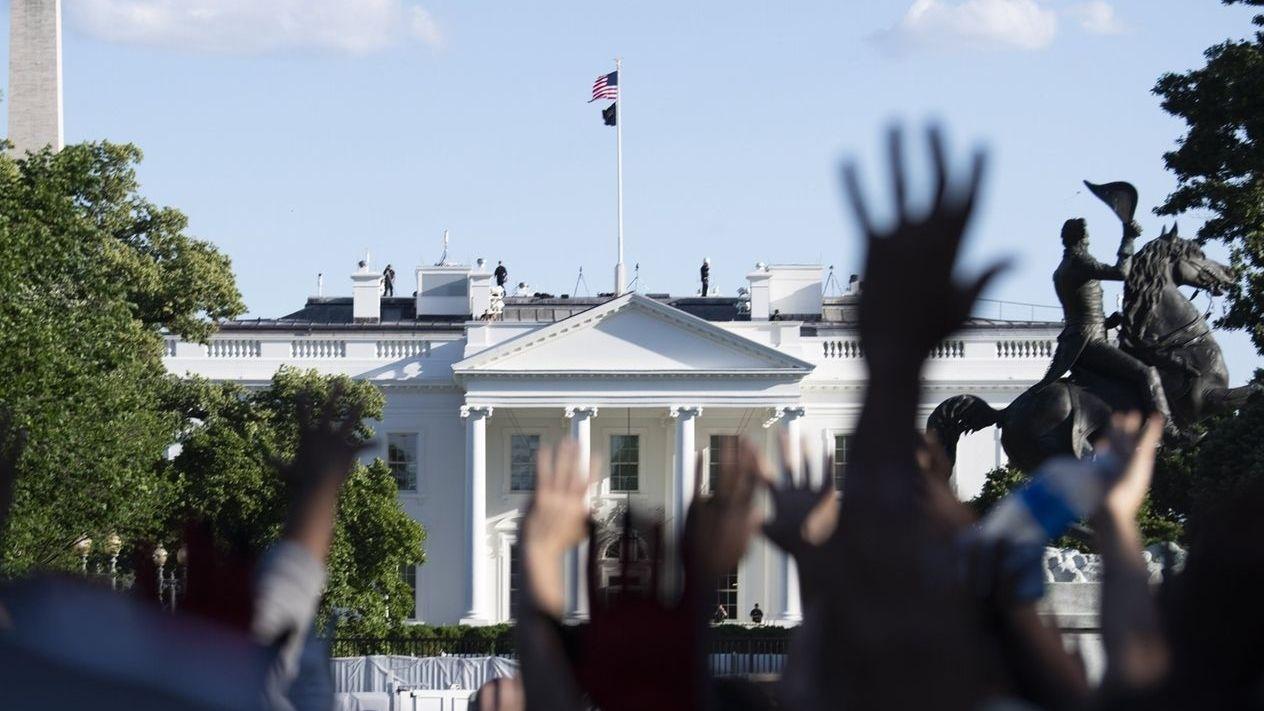 Nach dem gewaltsamen Tod des Afroamerikaners Floyd dauern die teilweise gewaltsamen Proteste in den USA an.