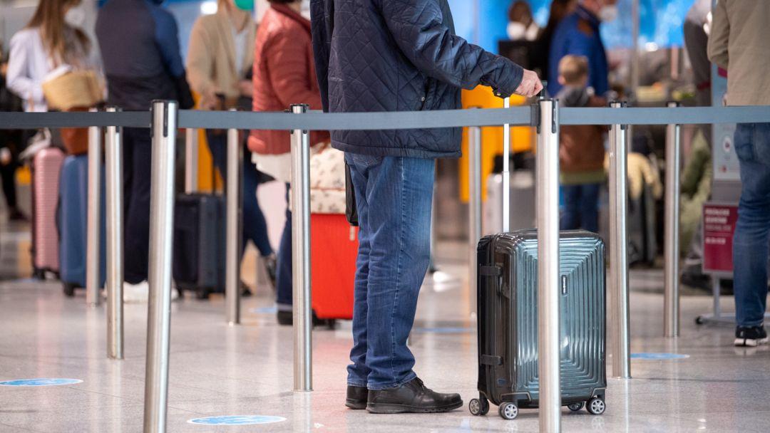 Bayern, München: Reisende stehen am Flughafen München.