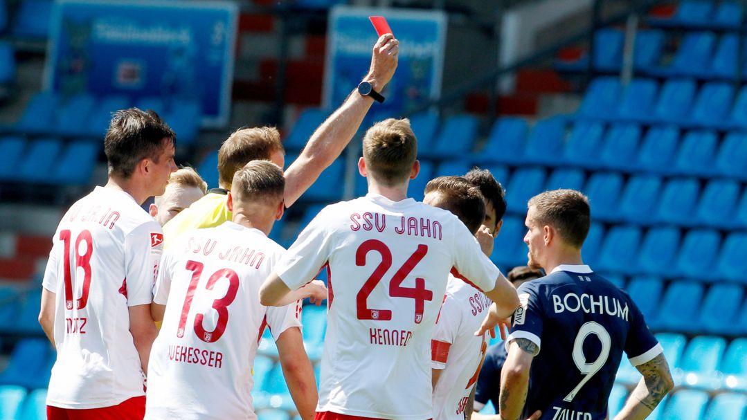 Schiedsrichter zeigt Spieler eine Rote Karte