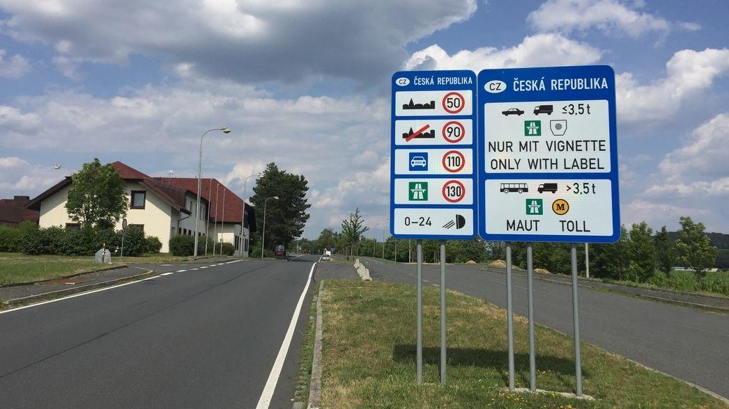 Schilder stehen an einem Grenzübergang zu Tschechien im Landkreis Cham