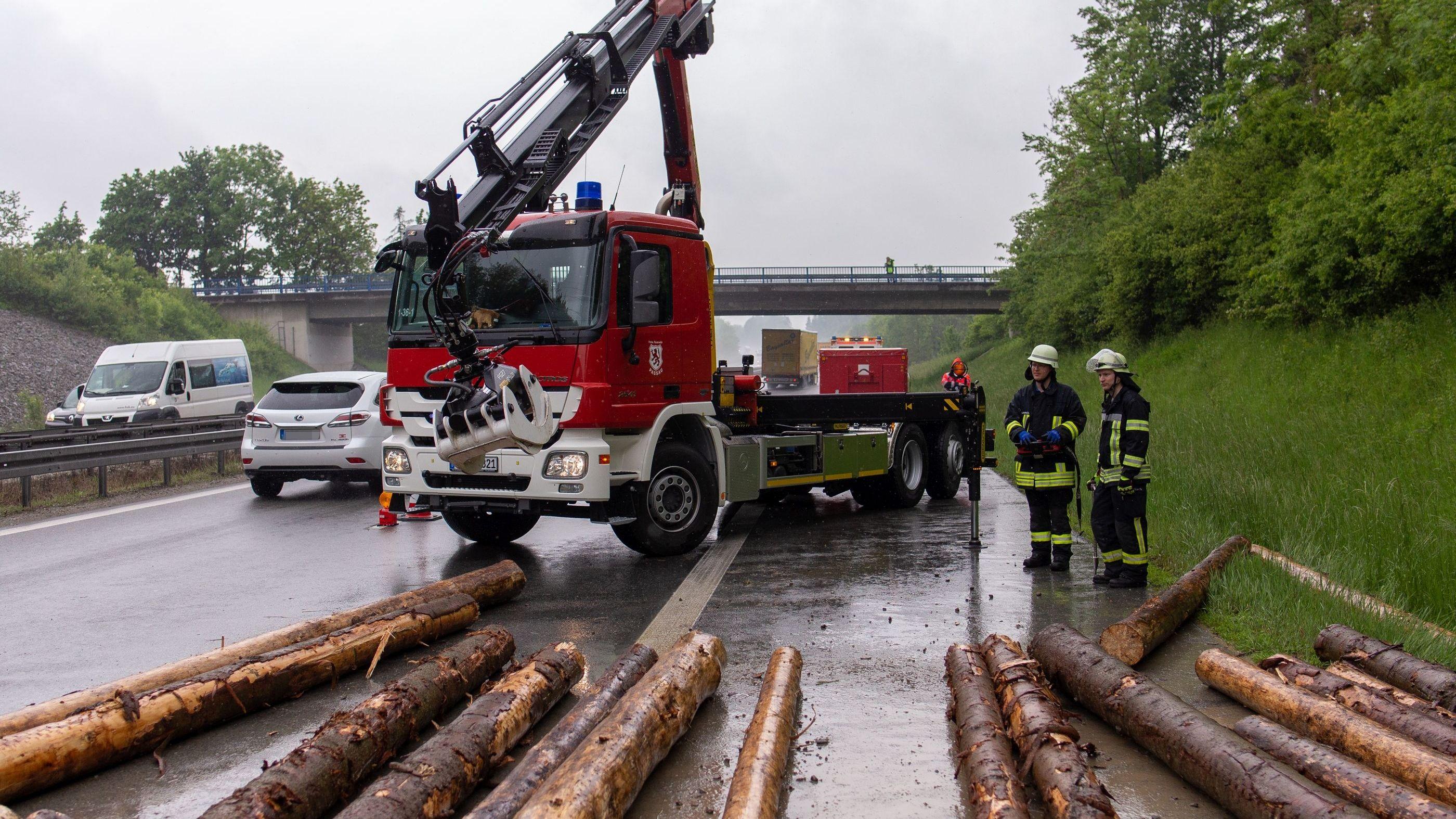 Die Sperrung auf der A3 dauert wohl mehrere Stunden. Der Verkehr wird an der Anschlussstelle Passau-Süd umgeleitet.