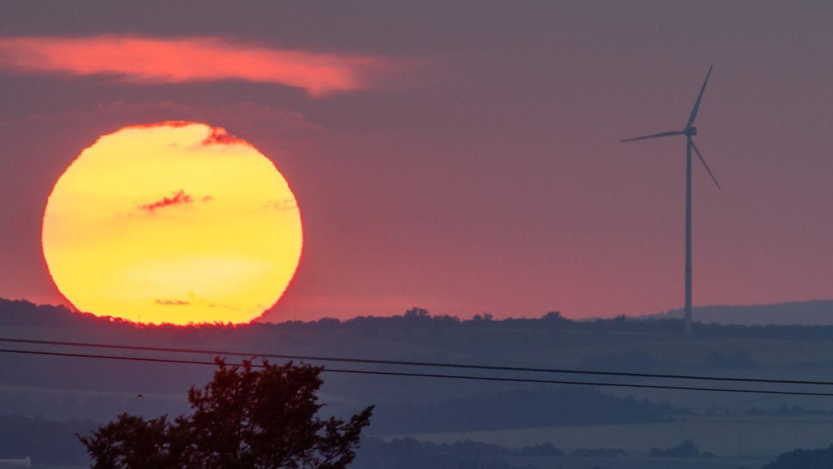 Windrad vor Sonnenuntergang.