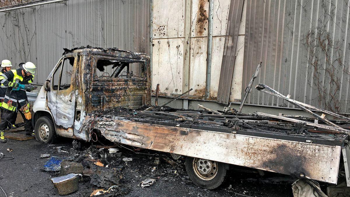 Die Müncher Feuerwehr im Einsatz beim ausgebrannten Laster