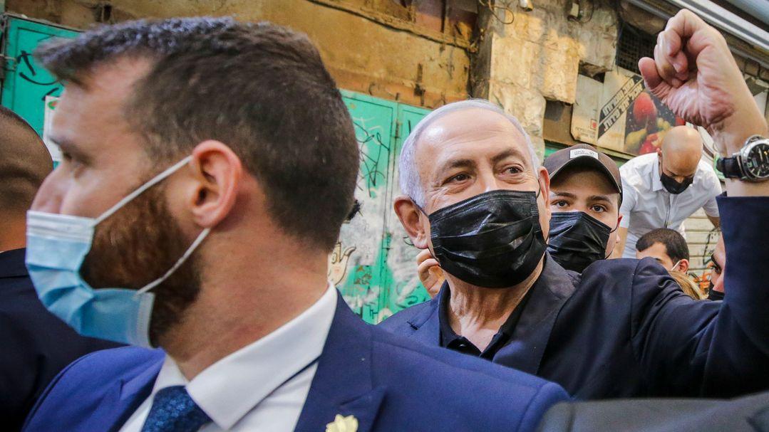 Benjamin Netanjahu (2.v.l), Israels Ministerpräsident und Vorsitzender der rechtskonservativen Likud-Partei, besuchte im Wahlkampf einen Markt.