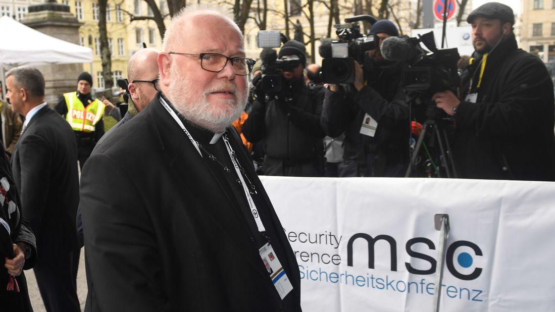 Kardinal Reinhard Marx kommt vor dem Bayerischen Hof zur Münchner Sicherheitskonferenz an.