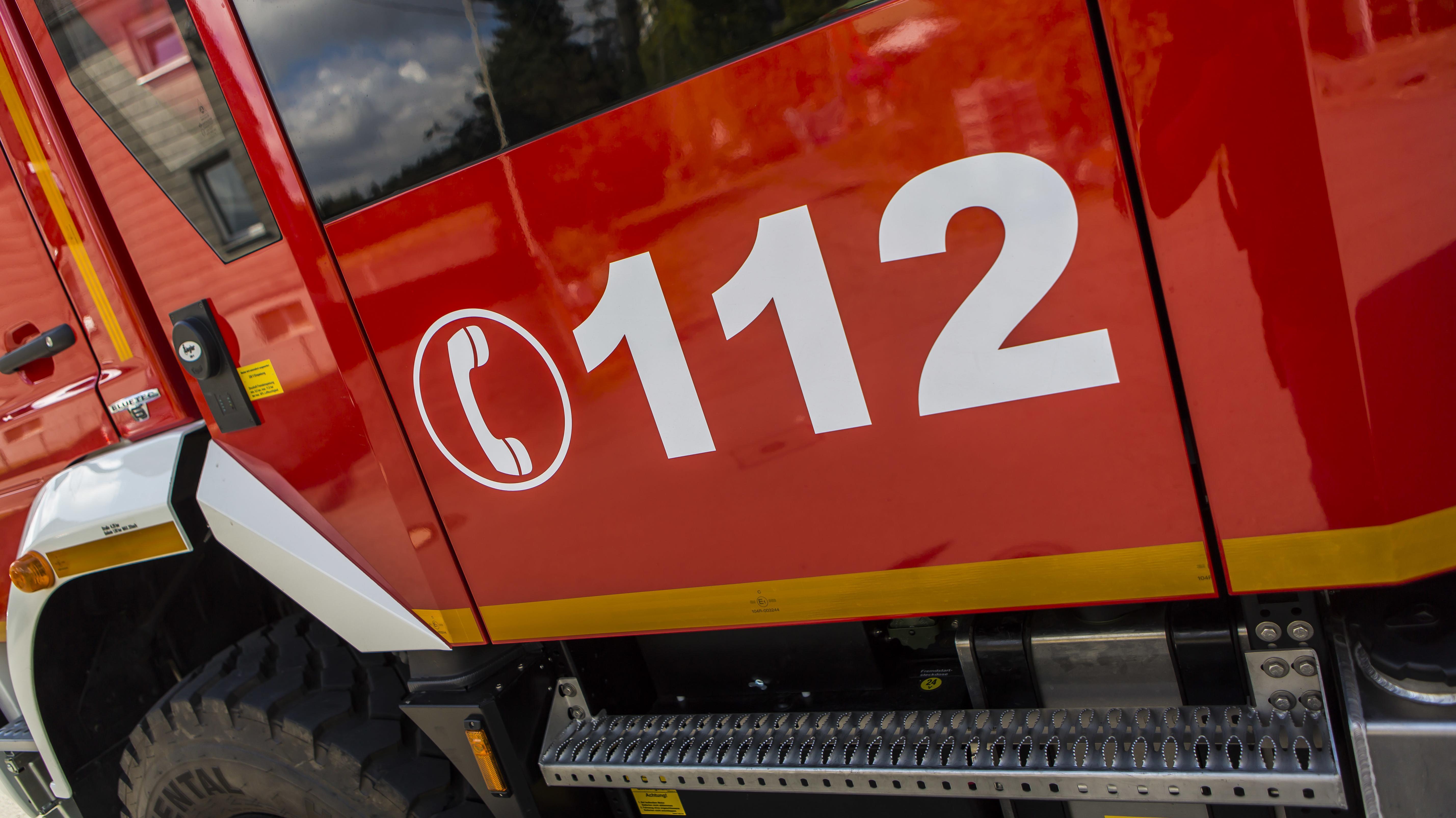 Ein Feuerwehrauto mit der Aufschrift 112
