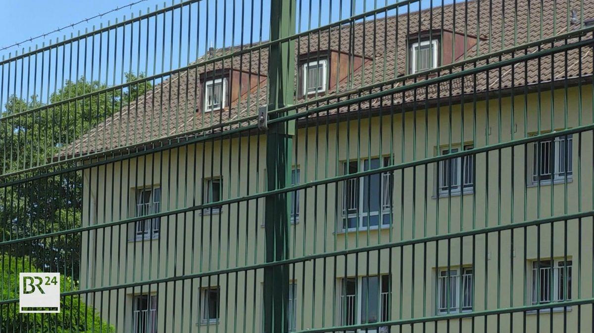 Blick durch den Zaun auf das Bamberger Ankerzentrum für Asylbewerber.