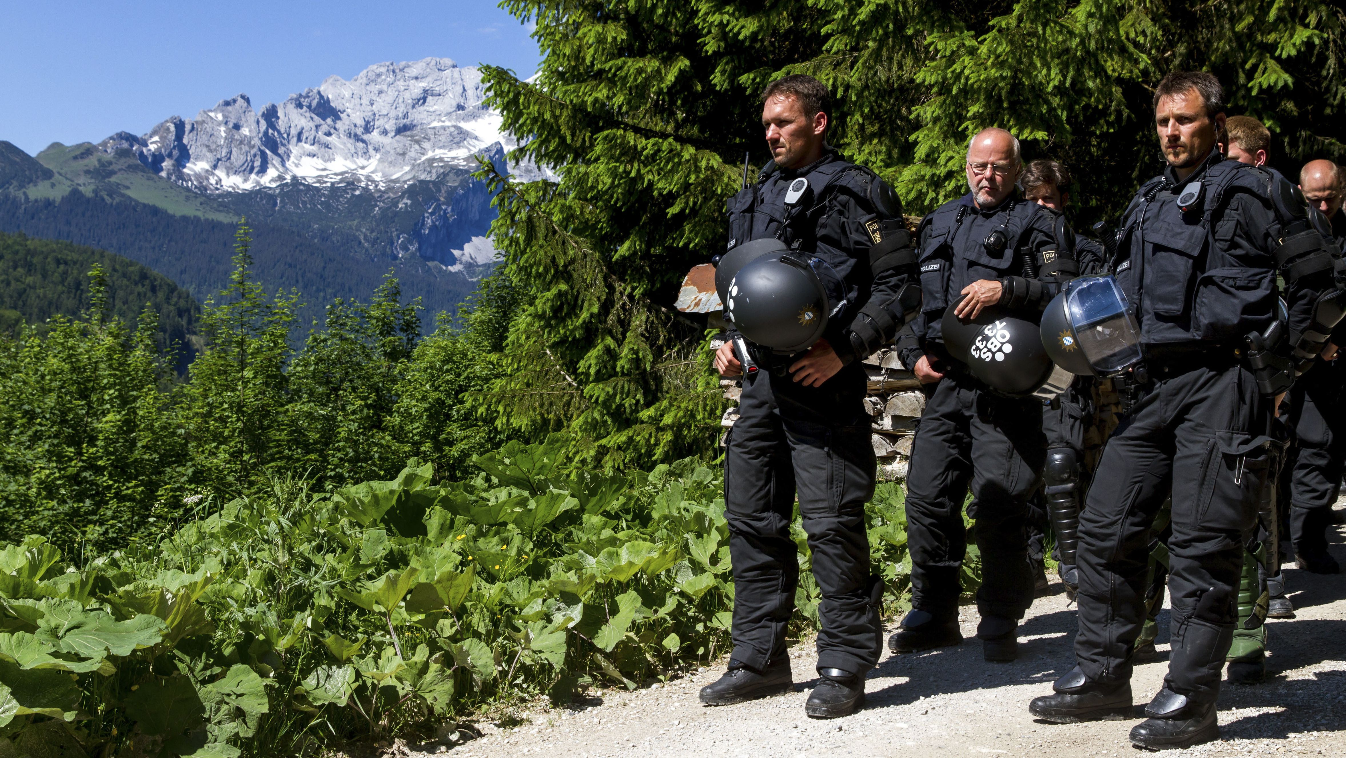Polizisten am 07.06.2015 im oberbayerischen Elmau.