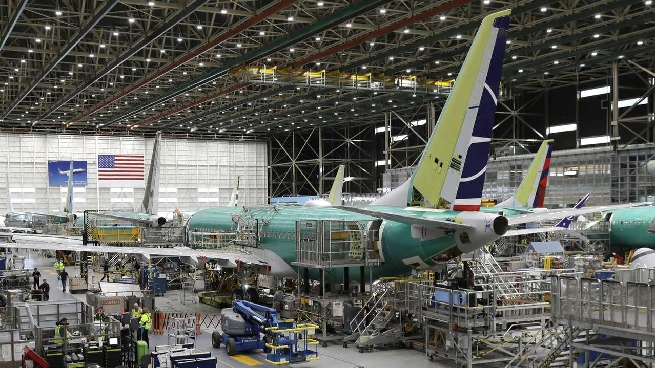 Mitarbeiter arbeiten am Bau einer Boeing 737 Max 8 im Boeing-Werk Renton im US-Staat Washington. (Archivfoto vom 27.03.2019)
