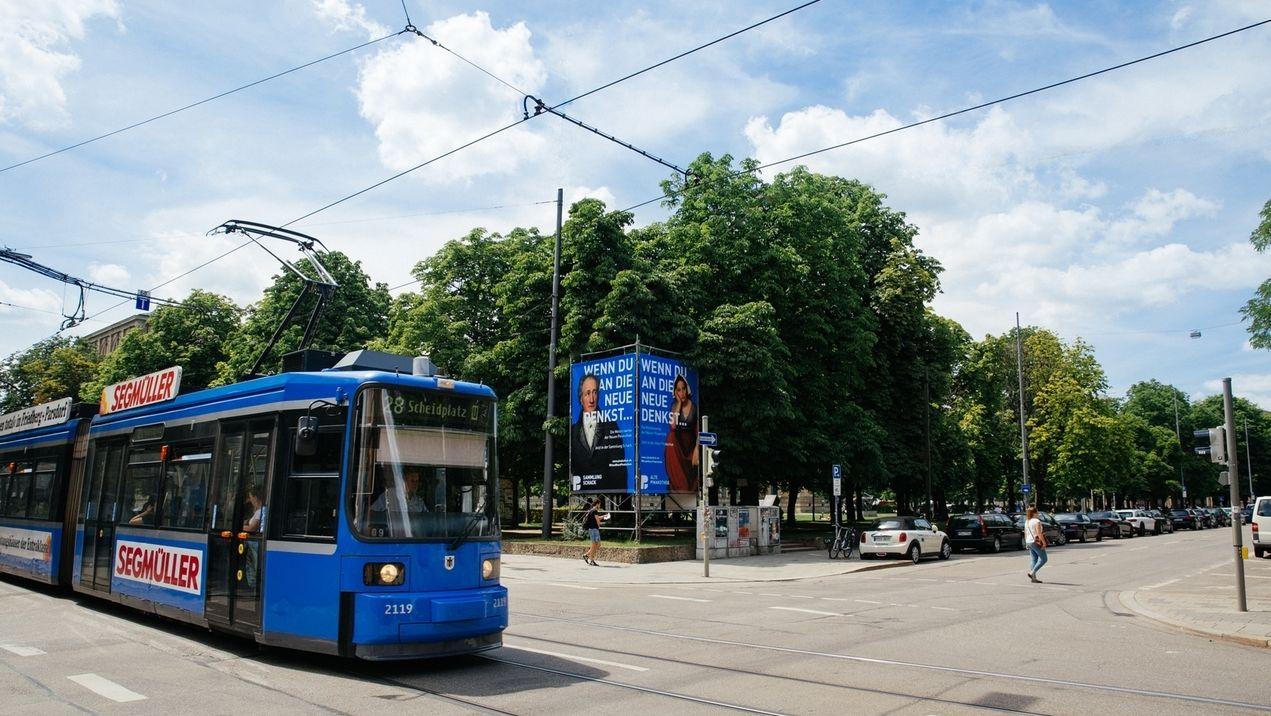 Münchner Tram in der Türkenstraße vor der Neuen Pinakothek.