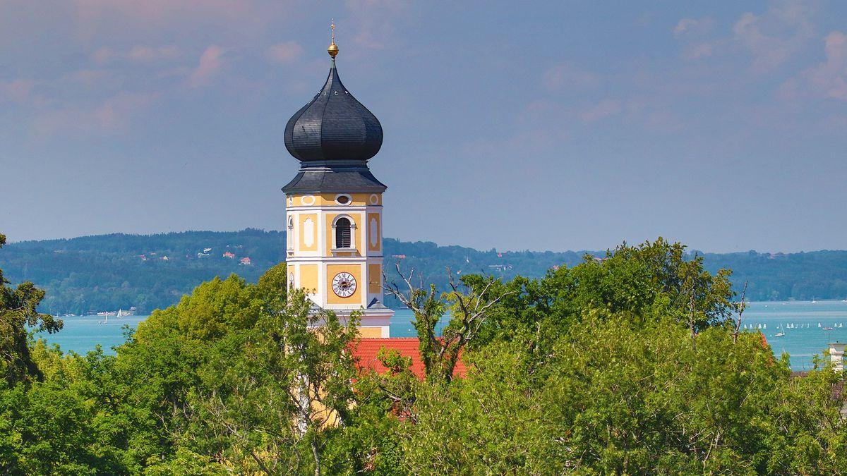 Blick vom Binselberg auf Kloster Bernried und Starnberger See.