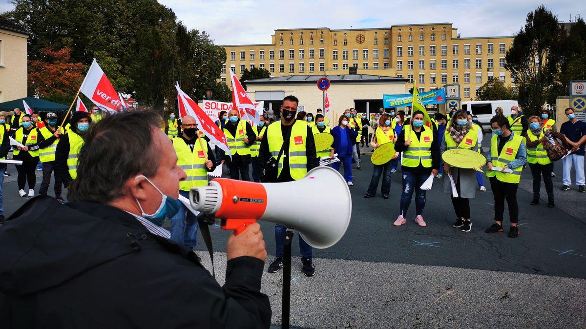 Demonstranten mit Verdi-Fahnen vor dem Klinikum Fürth