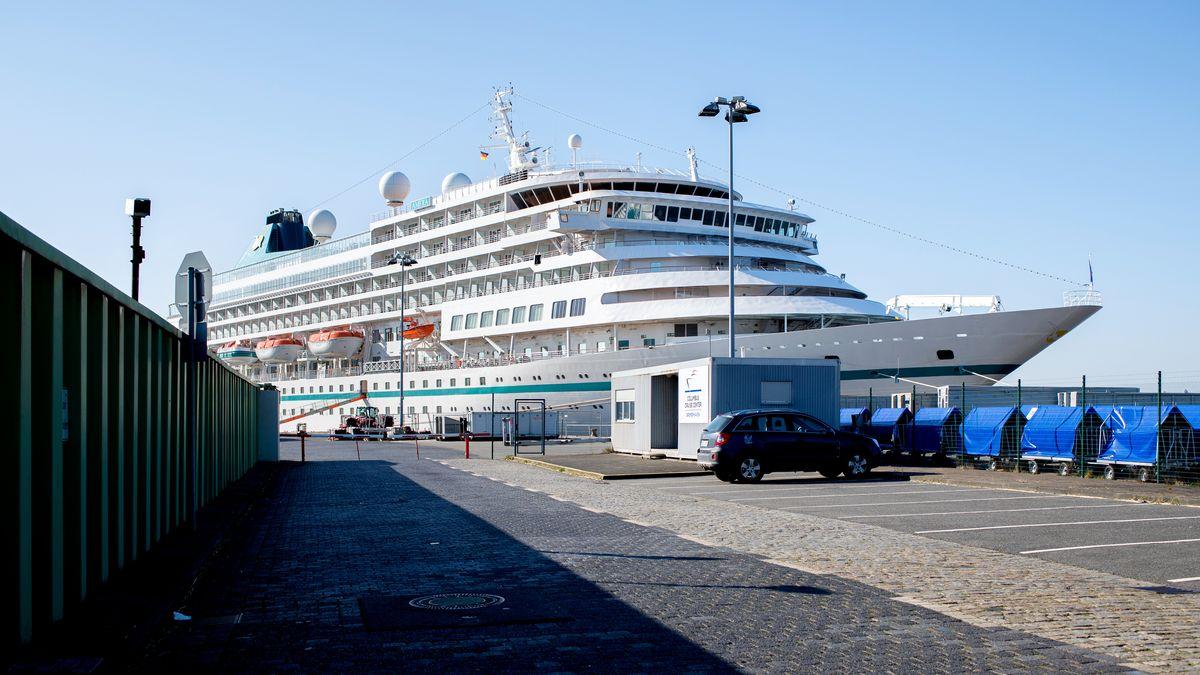 Liegen wegen Corona derzeit vor Anker: Kreuzfahrtschiffe. Reisende können bis Ende April ihre Buchungen kostenfrei stornieren.