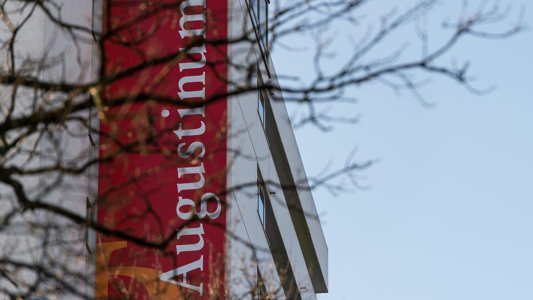 Das Schild des Altenheim-Betreibers Augustinum ist an der Zentrale des Unternehmens zu sehen.
