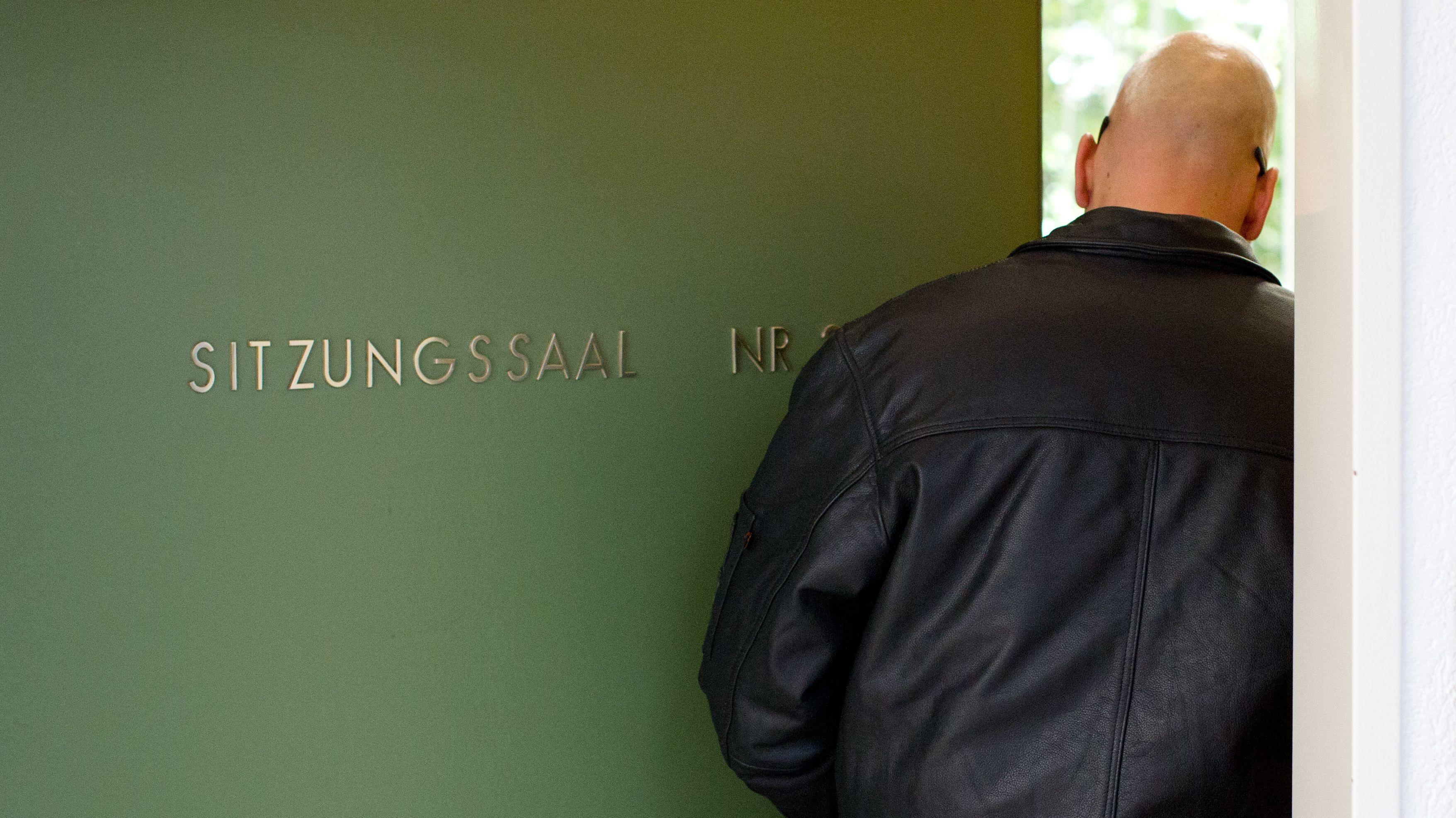 Verurteilt wegen Volksverhetzung: Der Sänger einer rechtsextremen Band am 15.10.2012 im Amtsgericht Meppen