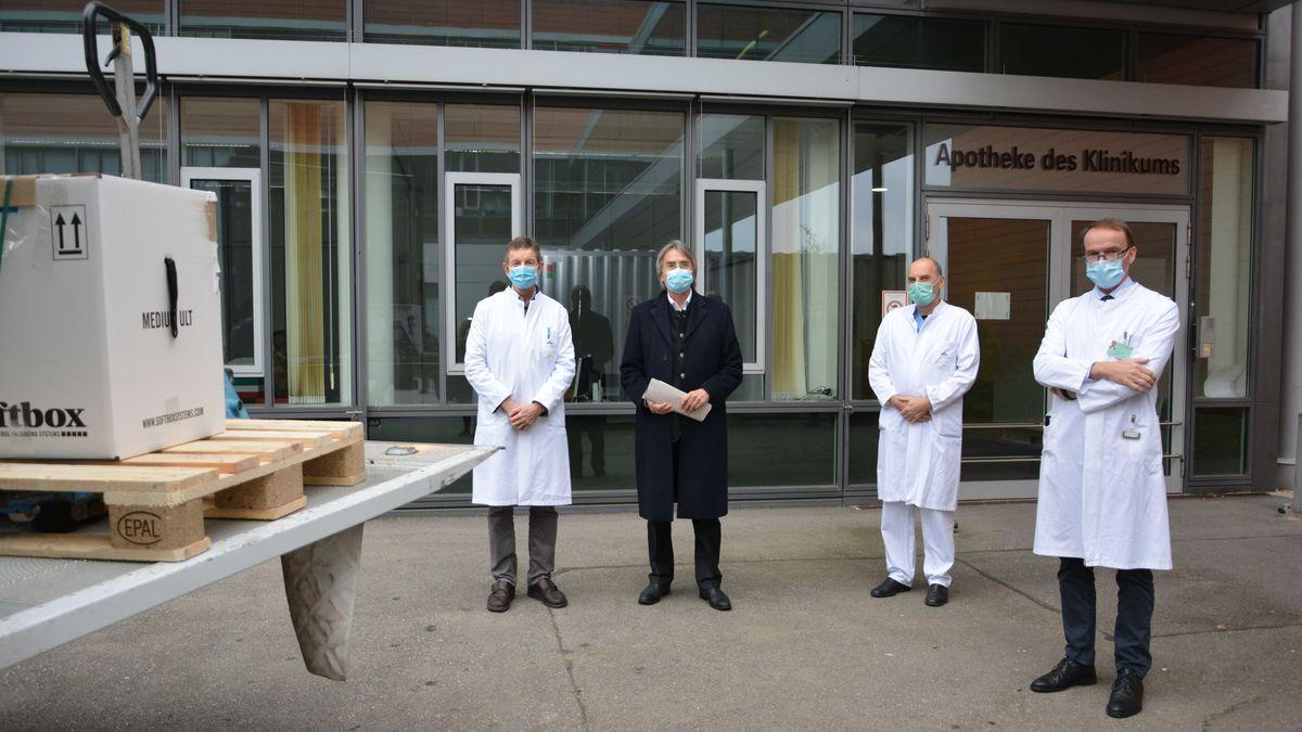 Apotheken-Leiter Rothe, Regierungspräsident Bartelt, Infektiologie-Leiter Salzberger und Klinik-Direktor Kölbl nehmen den Impfstoff entgegen