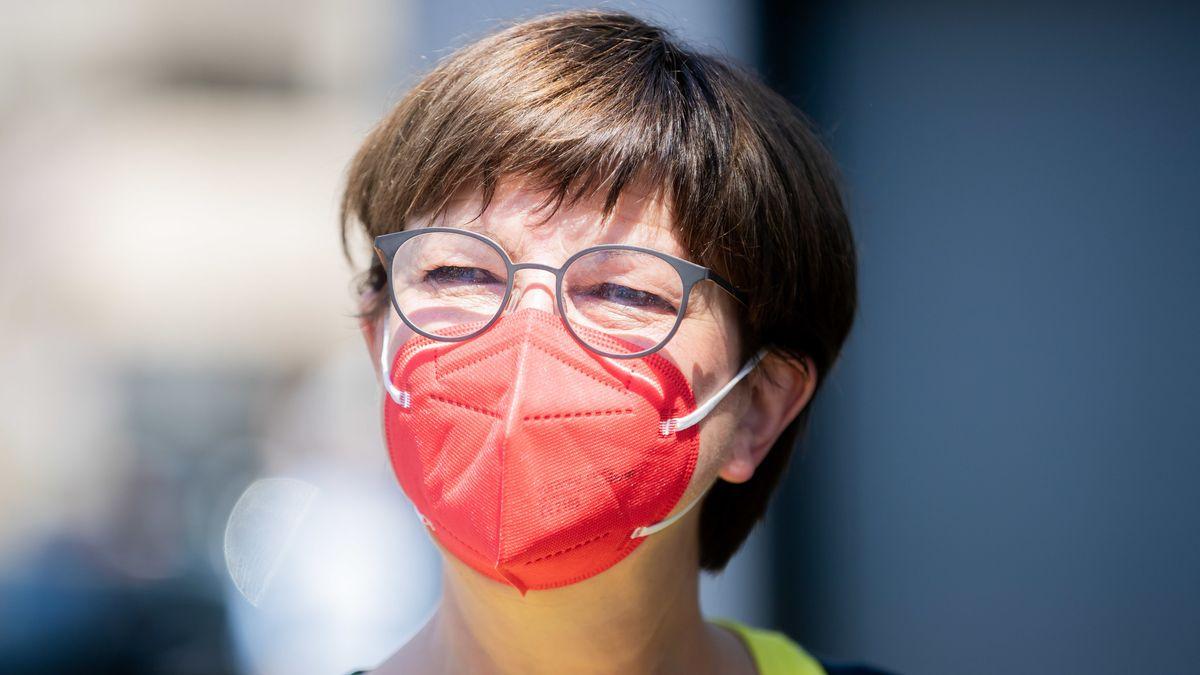 Saskia Esken mit roter FFP2-Maske