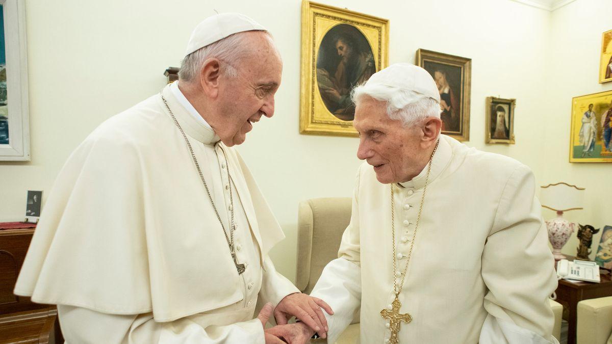21.12.2018, Rom: Papst Franziskus (l) und der emeritierte Papst Benedikt XVI unterhalten sich im Kloster Mater Ecclesiae.