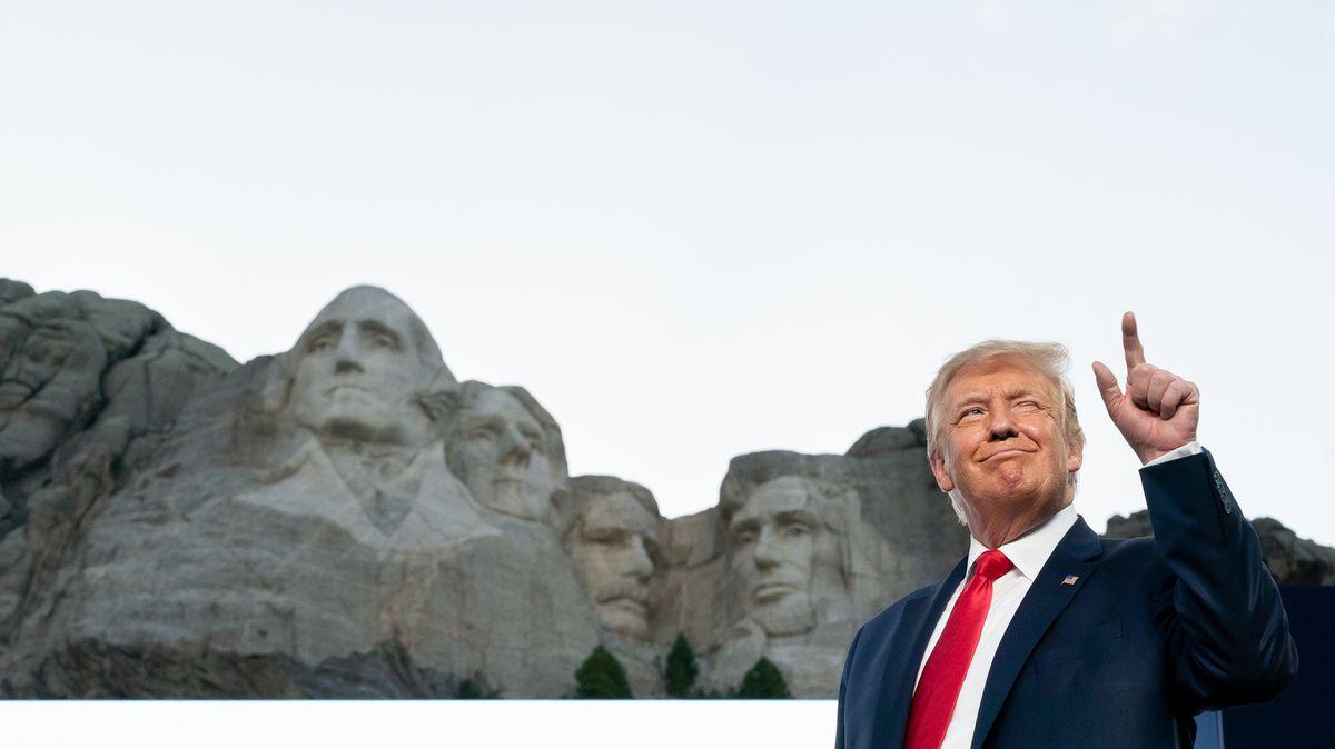 US-Präsident Donald Trump vor dem Präsidentendenkmal Mount Rushmore.