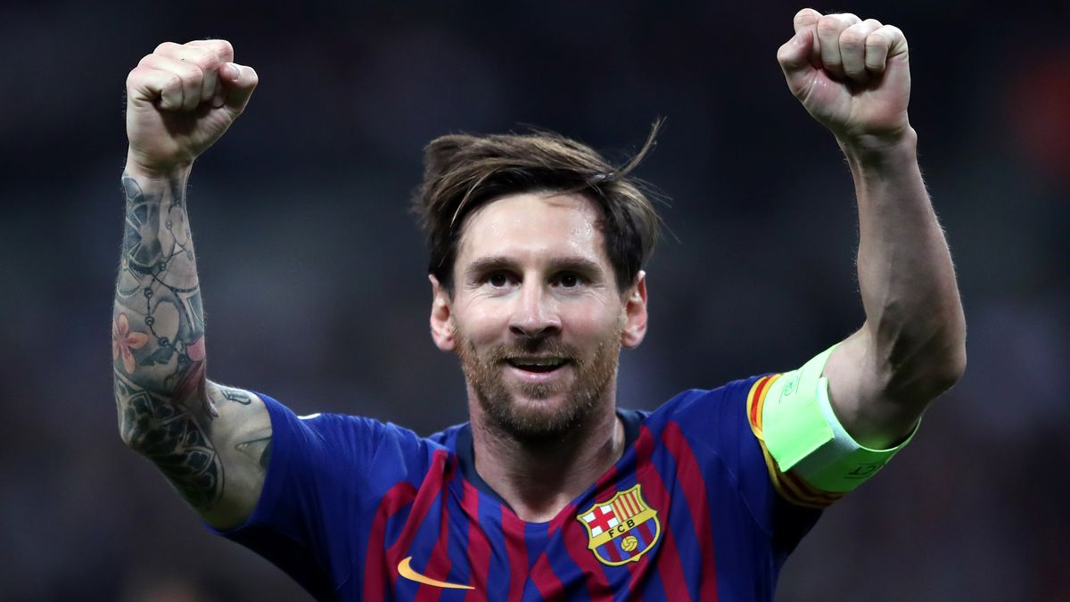 Lionel Messi jubelt mit erhobenen Armen im Trikot des FC Barcelona