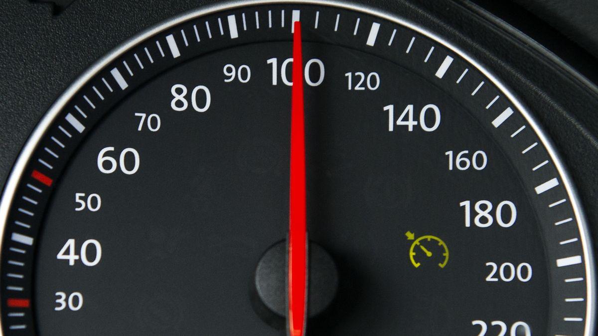 Ein Tacho zeigt Tempo 100
