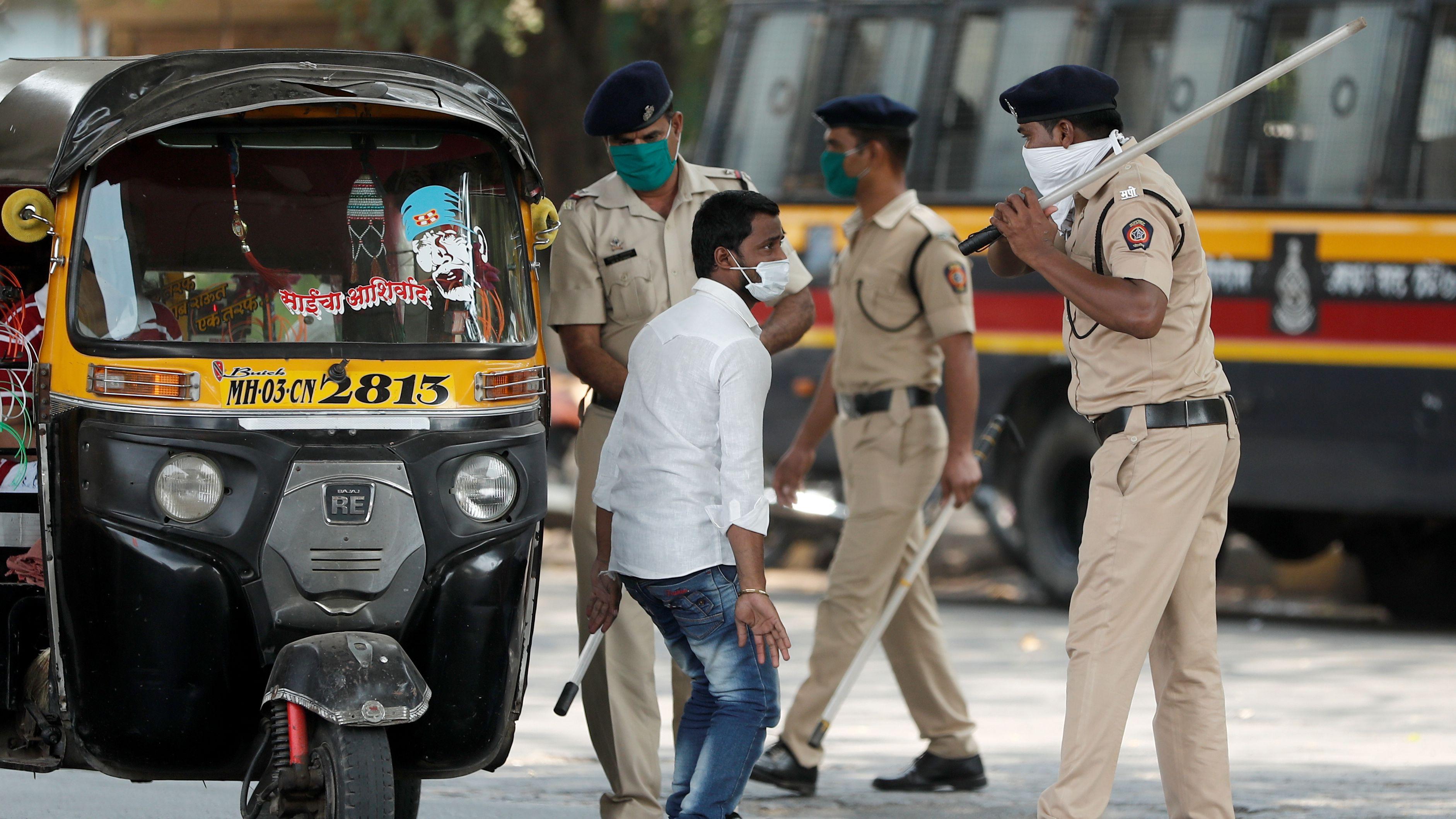 Lockdown in Indien - wer sich nicht daran hält, wird von der Polizei bestraft, auch Haftstrafen sind möglich