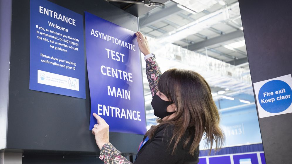 Symbolbild von Aushängen als Wegweiser zur Teststationen | Bild:picture alliance / empics | Jane Barlow