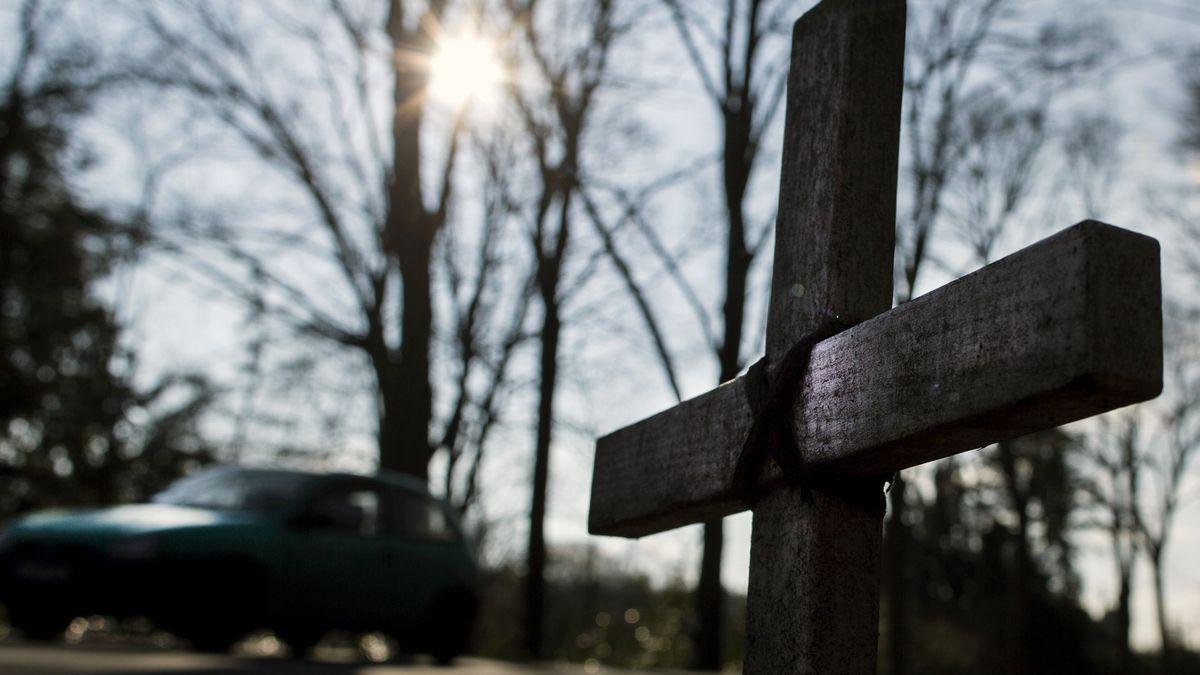 Ein Kreuz am Straßenrand erinnert an einen Verstorbenen