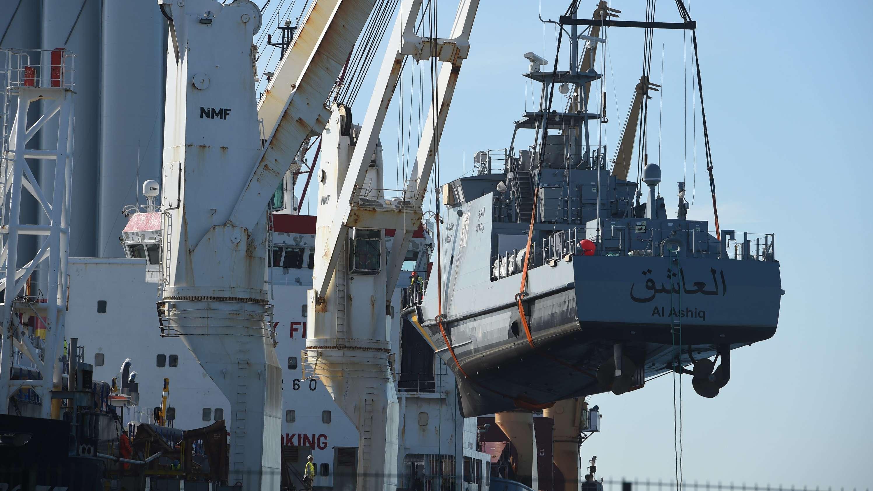 Ein Küstenschutzboot für Saudi-Arabien wird im Hafen Mukran auf ein Transportschiff verladen