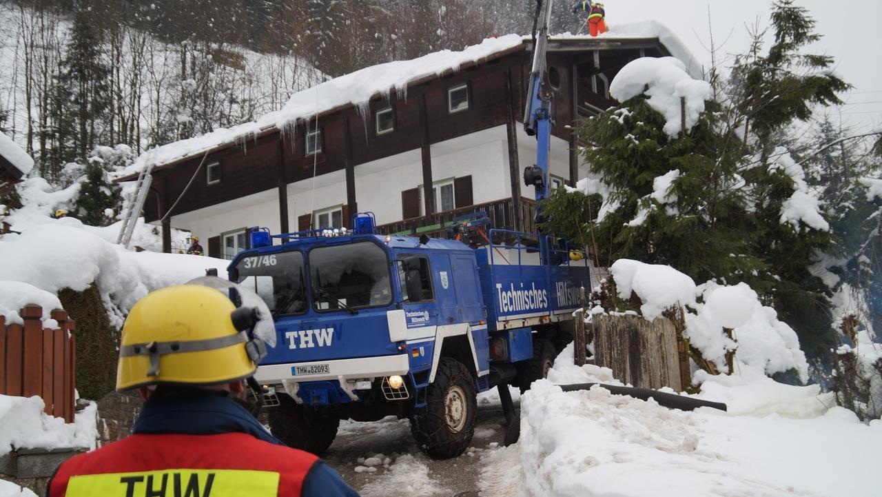 Unterfränkische THW-Helfer räumen Schnee in Südbayern