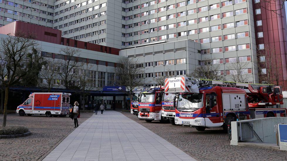Feuerwehrfahrzeuge vor dem Uniklinikum Augsburg