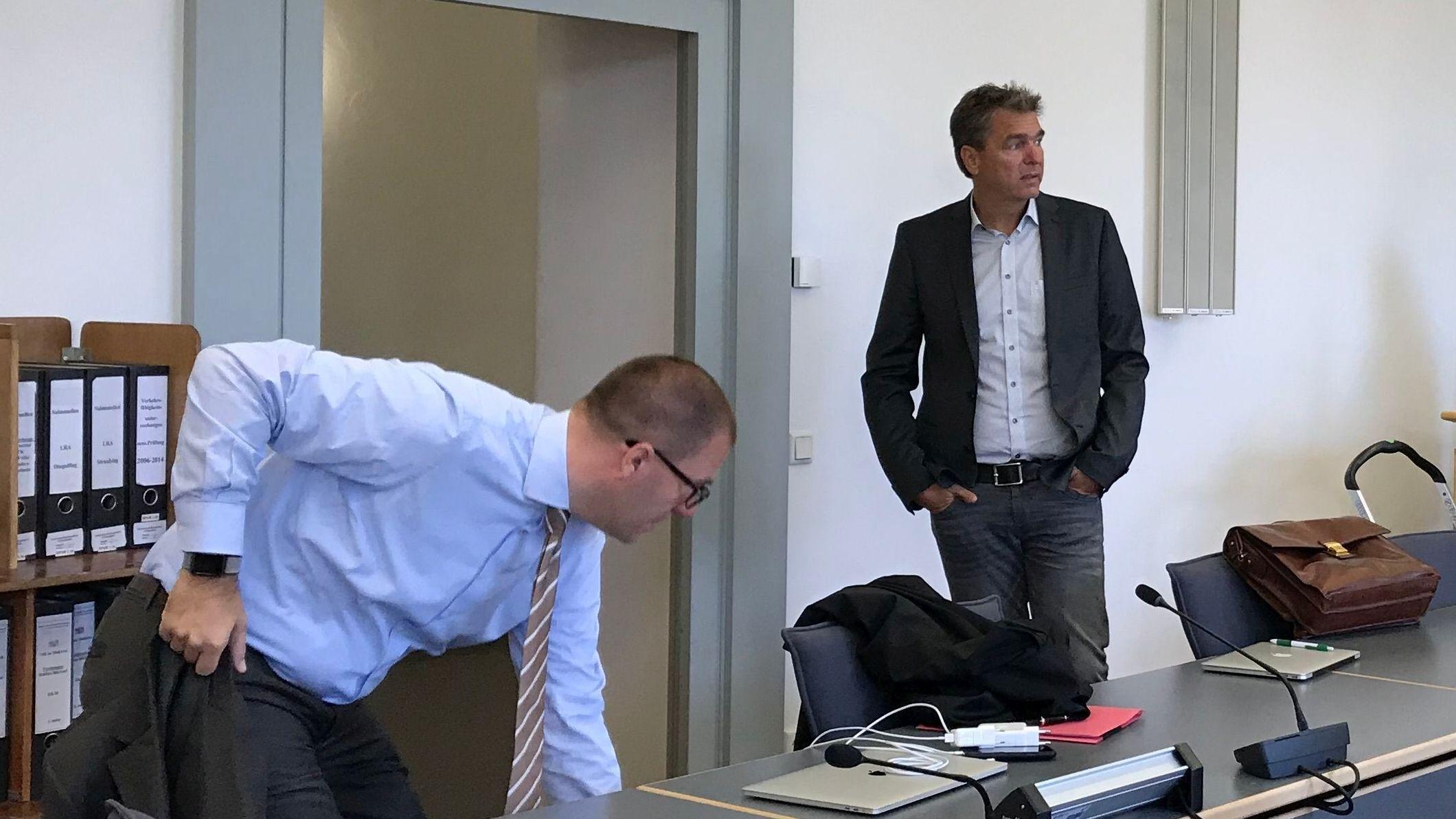 Der angeklagte Ex-Bayern-Ei-Chef Stefan Pohlmann (rechts) und sein Anwalt im Regensburger Gerichtssaal