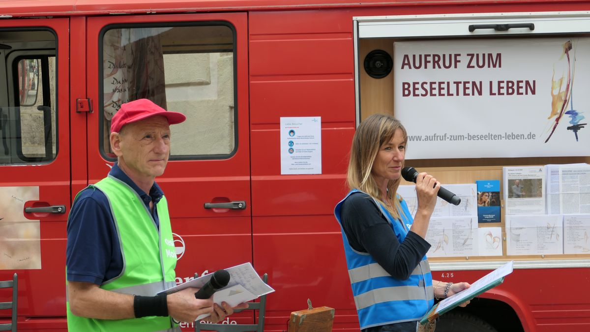 """Dr. Joachim Galuska und Uta Galuska vor dem """"Poesie-Mobil"""""""