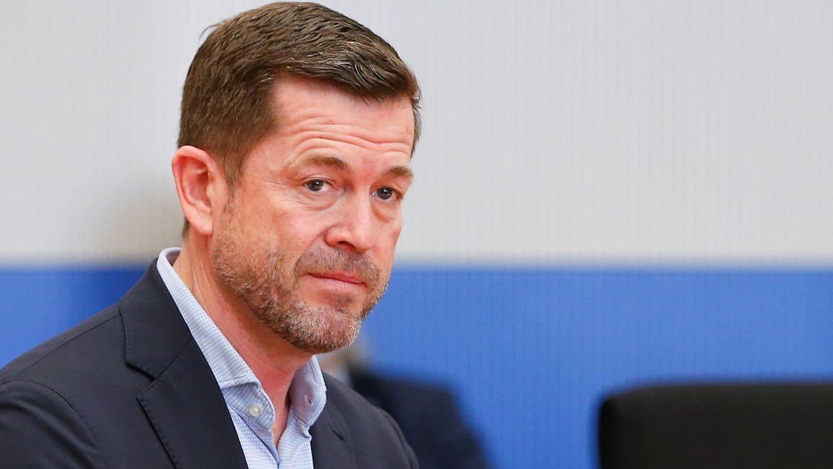 Der ehemalige Verteidigungsminister Karl-Theodor zu Guttenberg steht vor der Sitzung des Wirecard-Untersuchungsausschusses des Bundestages hinter seinem Stuhl.