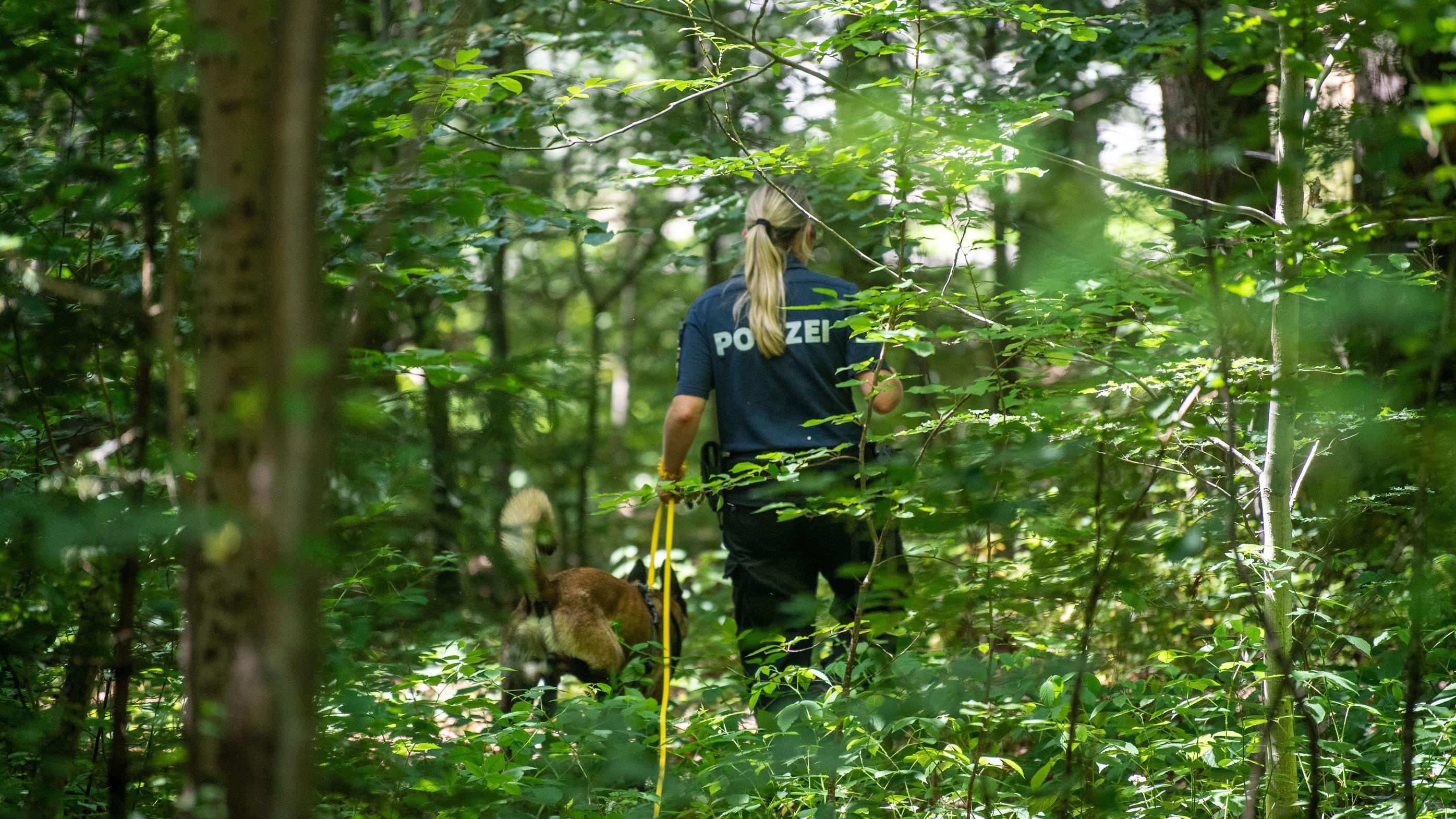 Ein elfjähriges München wurde am hellichten Tag von einem Mann mit Wolfsmaske vergewaltigt.
