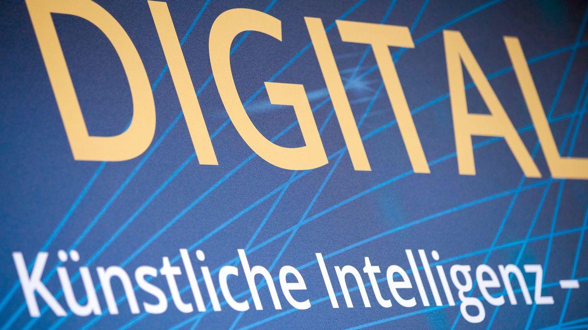 """""""Digital"""" und """"Künstliche Intelligenz"""" steht auf einer Logowand beim Digital-Gipfel der Bundesregierung am 04.12.18."""