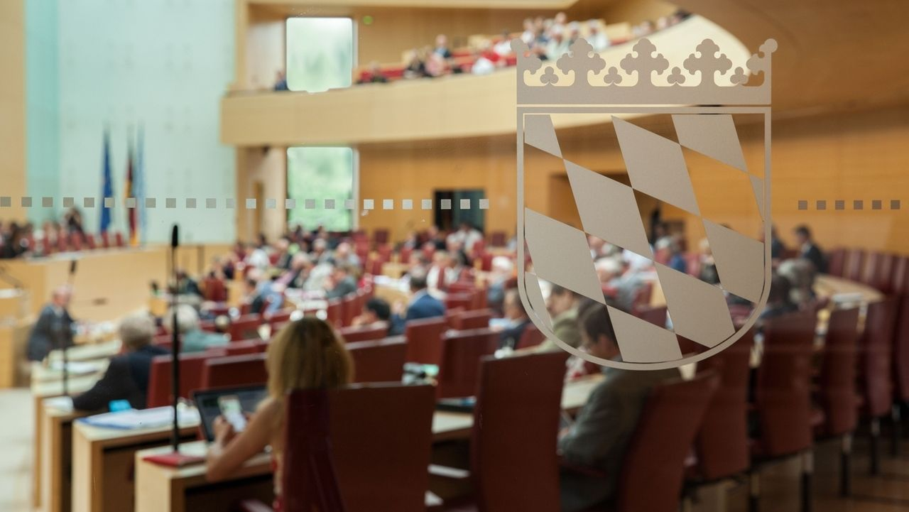 Das bayerische Wappen auf einer Glastür im Bayerischen Landtag.