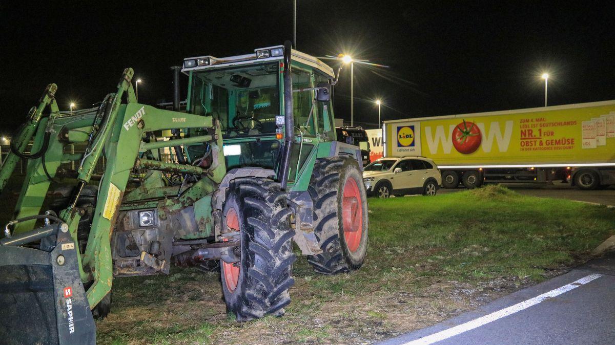 Landwirte haben mit Traktoren die Zufahrten zum Zentrallager des Lebensmitteldiscounters Lidl in Eggolsheim blockiert.