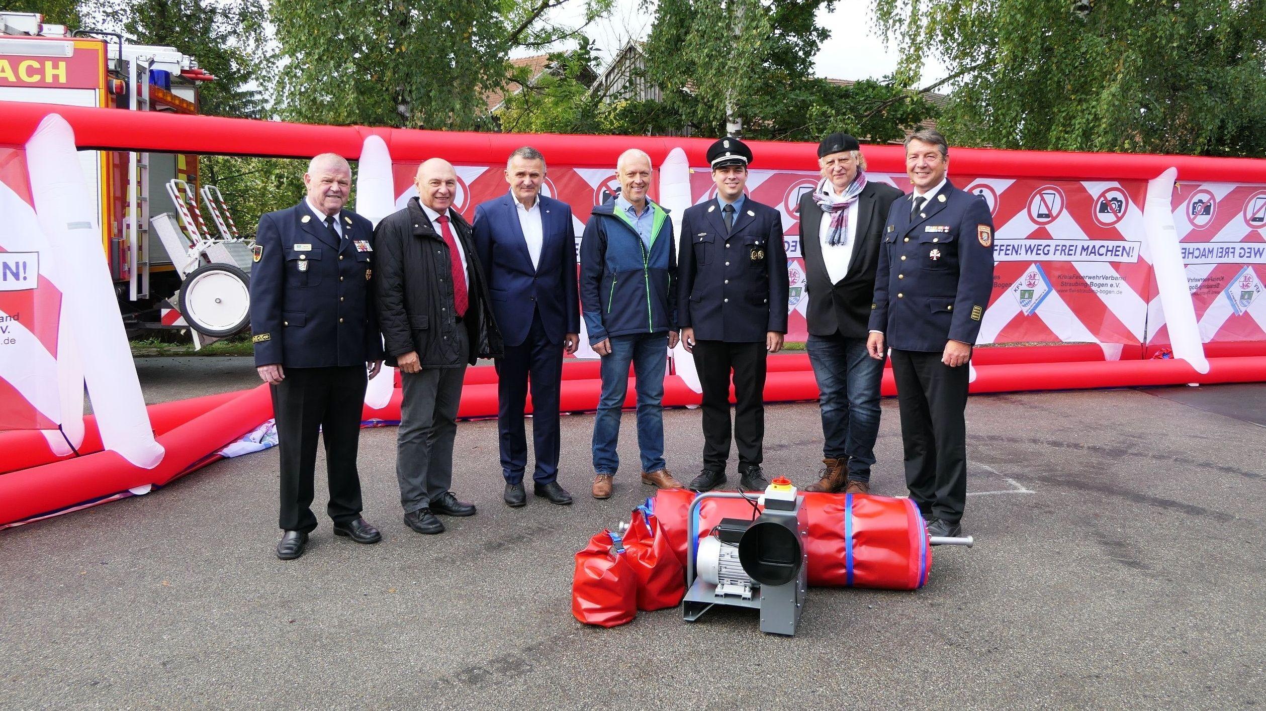 Die Übergabe der Gafferwände an die Feuerwehren im Landkreis Straubing-Bogen