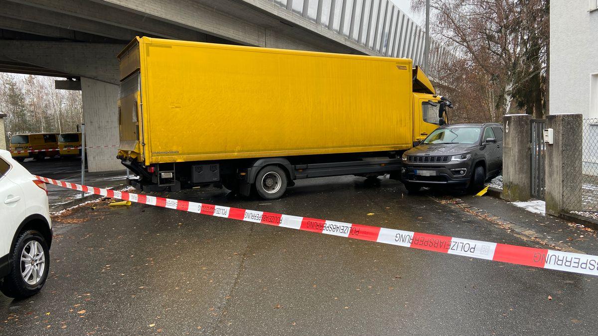 LKW, der ein geparktes Auto gerammt hat