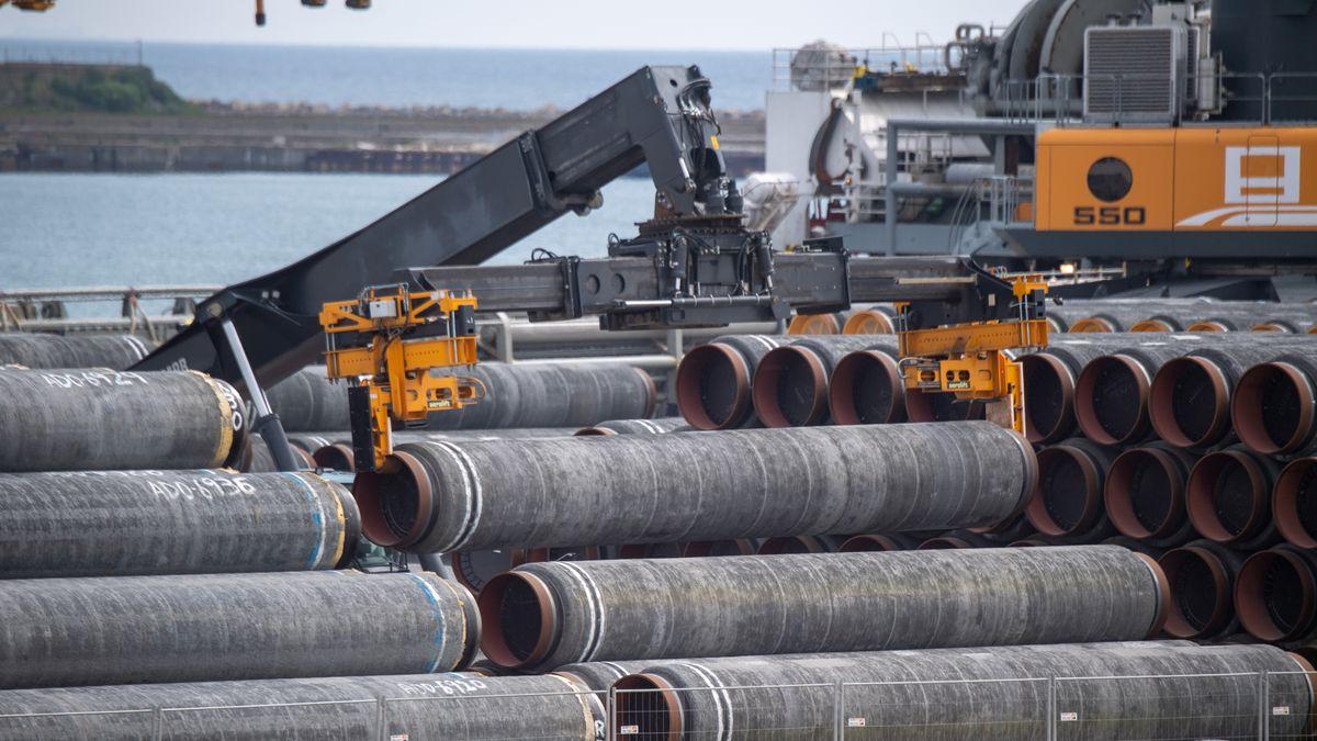 Rohre für die Ostsee-Gaspipeline Nord Stream 2 werden auf dem Gelände des Hafen Mukran auf ein Schiff verladen