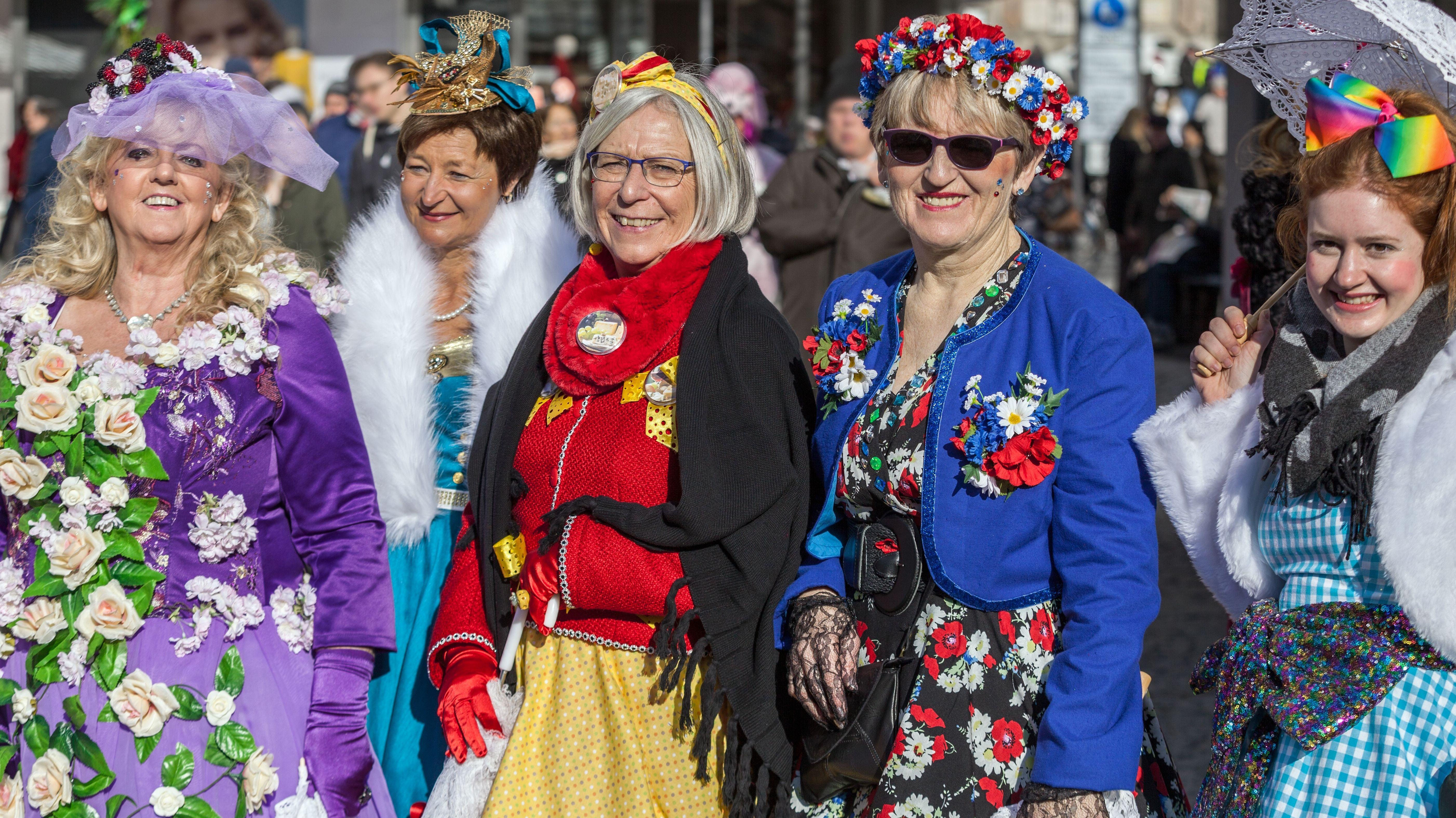 Das Bild zeigt bunt kostümierte Frauen im Fasching.