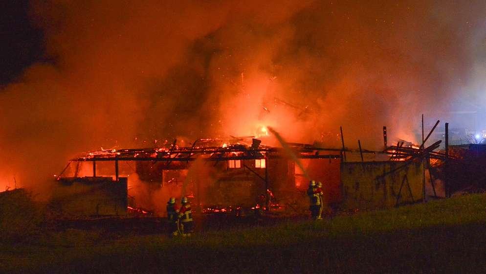 Der Brand des ehemaligen Kuhstalls beschäftigte die Feuerwehr am späten Ostersonntag | Bild:Markus Zechbauer/zema-foto.de